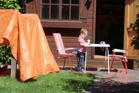 Lekker spelen in de tuin van opa en oma