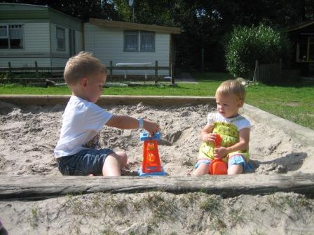 Martijn en Carlien in de zandbak