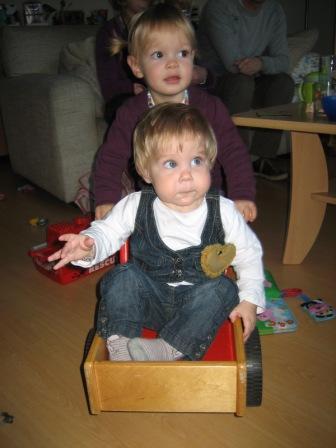 Carlien en Merle op de fiets