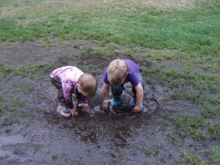 Samen spelen in de modder